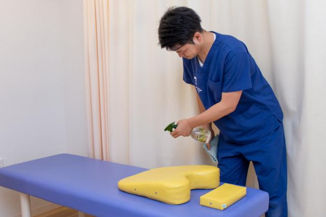 施術ベッドや設備の消毒を徹底しています。